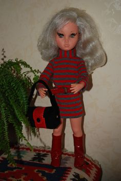 Sylvie indossa 'Shake' 1967 versione in grigio con stivali in pelle lucida rossa