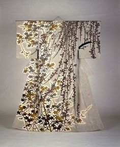 Moriguchi Kakō. Flowers, 1983. Kimono, Yuzen-style dyed silk, 66.93 inches long. Courtesy of The Museum of Modern Art, Shiga.