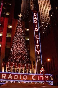 New York Discover Radio City Christmas lights There is nothing like Manhattan at Christmas. The tree at Rockefeller Center and the Christmas Show at Radio City Music Hall featuring the Rockettes are two attractions. Rockefeller Center, New York Christmas, Christmas Time, Xmas, Christmas Feeling, New York Noel, New York Weihnachten, New York City, Ville New York