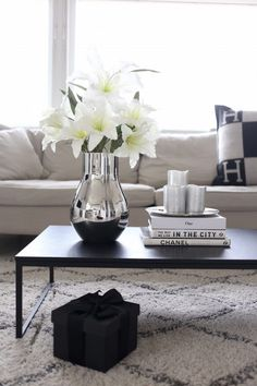 Wohnen How to Style a Coffee Table in Your Living Room Decor Coffee Table Styling, Coffe Table, Decorating Coffee Tables, Coffee Table Accessories, Home Decor Accessories, Diy Home Decor For Apartments Renting, Table Decor Living Room, Living Rooms, Center Table