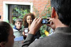 Alumnos del Centro Educativo Los Pinos se sacan fotos con la Embajadora Julissa Reynoso tras la entrega de premios de las Olimpíadas Matemáticas de Casavalle.     Más en http://spanish.uruguay.usembassy.gov/15062012.html