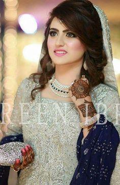 Like awesome pic Beautiful Dulhan Dress, Walima Dress, Bridal Mehndi Dresses, Pakistani Wedding Dresses, Aiza Khan Wedding, Desi Wedding, Pakistani Bridal Makeup Hairstyles, Bridal Hairdo, Bridal Photoshoot