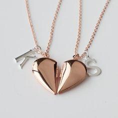 el mejor collar de amigos, medallón de oro medio corazón Rosa collar, BFF, día de regalo, graduación regalo de San Valentín de regalo de novia dama de honor  Este listado está para un collar.  -El tamaño del medallón corazón: 15 * 28mm.   -Tenga en cuenta para mi el option(A-Z)