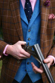 Focus sur le gilet anglais by Wicket! Idéal sous cette veste en Tweed, ce gilet velours à fines cotes, revers & 6 boutons est constamment décliné dans plusieurs couleurs! #WicketSoBritish