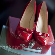 Who would not want classic red heels? I have a pair of red flats but not heals hmmmm Red Bridal Shoes, Red Wedding Shoes, Fashion Shoes, Fashion Accessories, Pin Up, Red Heels, Red Flats, Red Pumps, Beautiful Shoes