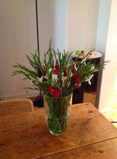 GLORIOUS DUEL - 30 little gladiolas  https://www.bloomydays.de/  #flowers #bouquet #vase