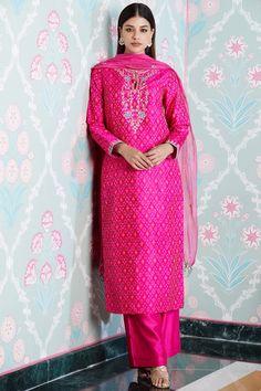 Maheshwari Silk – Rhythm of a Weave Indian Bridal Outfits, Pakistani Bridal Dresses, Indian Bridal Wear, Pakistani Dress Design, Pakistani Outfits, Embroidery Suits Design, Kurta Designs Women, Indian Attire, Indian Designer Wear