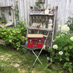 doollshouse with Annabelle in my garden.  Boulangerie Epiドールハウスを始めた頃のパンやさんです🥖 今はなかなか鮮やかな色合いのドールハウスは作らなくなりましたが、  ポーセレンアートで手描きしたオリジナル皿とコーディネイトして テーブルコーディネイト展に出展させて頂いた事があります。  紫陽花…特にアナベルが大好きです。  随分長く 家族の通勤に便の良い部屋に居る 事が多くて 家もDIYした庭もほったらかし…  なのに 凛として真っ白な花を咲かせる 姿を見て  胸がキュンとなりました。  触れるとふわふわして 亡くなった愛犬チョコを抱きしめた感覚を 思い出しました。  ごめんね ずっと 待っていてくれてありがとう…  アナベルの花言葉は 辛抱強い愛情です  #handmade #miniatures #dollhouse #garden #gardening #annabelle #Boulangerie #DIY#ハンドメイド#ドールハウス#ミニチュア#ガーデン#ガーデニング#紫陽花#アナベル#コーギー#パン屋…