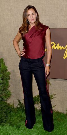 For the premiere of HBO's Camping, Jennifer Garner elevated a pair of striped trousers with a draped one-shoulder Lanvin blouse. Jennifer Garner Body, Jennifer Garner Elektra, Jen Garner, Jennifer Aniston, Debby Ryan, Best Celebrity Dresses, Celebrity Style, Jessica Chastain, Sleek Look