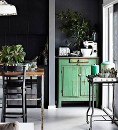 ESPACIO NATURAL  Cuando decoramos con muebles de color verde, debemos prestar especial atención a las paredes. Si las pintamos en colores oscuros, nos ayudará a reforzar la sensación de naturaleza.