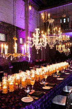 Una mesa con velas