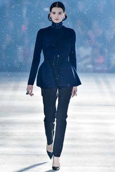 ¿NADA QUÉ PONERTE? La Reina de las Nieves que #ChristianDior visualiza en su colección #prefall camina segura y femenina reinventando el look #workinggirl con sinuosas formas curvas.
