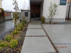 杉板浮造りコンクリート打ちっぱなしの門柱とアプローチ│ハイムホーム&ガーデン HEIM HOME&GARDEN
