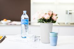 Gefällt den Gästen und der Umwelt. Die nachhaltige Vöslauer 1 l Glasflasche für Zuhause. #kulinarik #jungbleiben #rosen #vöslauerglas #vöslauer Vodka Bottle, Drinks, Glass Bottles, Ad Home, Drinking, Beverages, Drink, Beverage