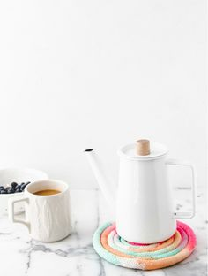Passion Shake | 5 great DIY ideas to try! | featuring Autumn gift wrap by Inspiration Ave, Delicious cake idea by Anke from Fantas-tisch,  Colorful trivet by Paper and Stitch,  Dotted Wrappig paper by Happy Home, Marbled hanging planters by Oh Joy