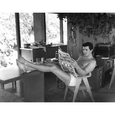 """Hollywood Discover 1952 Sid Avery """"Rock Hudson at Home"""" Photograph 1952 Sid Avery """"Rock Hudson at Home"""" Photograph Hollywood Homes, Old Hollywood Stars, North Hollywood, Hollywood Actor, Vintage Hollywood, Classic Hollywood, Mode Masculine, Film Noir Fotografie, Picnic Outfits"""