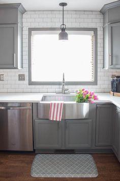 Kitchen Tile Backsplash Images Awesome Tips On How to Install Subway Tile Kitchen Backsplash White Subway Tile Backsplash, Subway Tile Kitchen, Subway Tiles, How To Tile Backsplash, Granite Kitchen, Kitchen Backsplash Inspiration, Backsplash Ideas, Kitchen Inspiration, Small Kitchen Cabinets