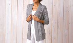 Eine edle Kombination aus feiner Baumwolle und Kaschmir-Wolle macht diese Damen-Jacke mit Zopfmustern zu einem unvergleichlichen Design.