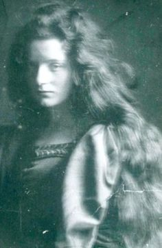 Eva Palmer-Sikelianos - was a American bisexual biscuit-fortune heiress who reportedly initiated Natalie Clifford Barney, her lover of many years, into lesbian sex when they were teens. Vintage Photographs, Vintage Photos, Natalie Clifford Barney, Portraits, Pre Raphaelite, Timeless Beauty, Daguerreotype, Vintage Beauty, Beauty And The Beast