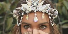 You can wear your hair up or down on the big day, but it will only look unique if you finish it with hair jewelry. See how to perfect your bridal hairdo! Shell Crowns, Bohemian Headpiece, Mermaid Headpiece, Mermaid Crown, Mermaid Shell, Mermaid Tails, Diy Crown, Goddess Costume, Crystal Crown