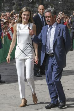 Queen Letizia lowers her heel and pulls naturally in Cantabria Stylish Outfits For Women Over 50, Skirt Fashion, Fashion Outfits, Over 60 Fashion, Iranian Women Fashion, Look 2018, Dress Clothes For Women, Royal Clothing, Royal Fashion