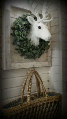 een rendier in een houtenlijst met een krans erom. Erg leuk voor kerst, weer eens wat anders dan een standaard krans :-)