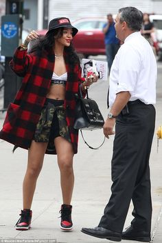 Rihanna street style with Bucket Hats Rihanna Outfits, Looks Rihanna, Rihanna Mode, Rihanna Street Style, Shorts Outfits Women, Hip Hop Outfits, Outfits With Hats, Edgy Outfits, Street Style Women