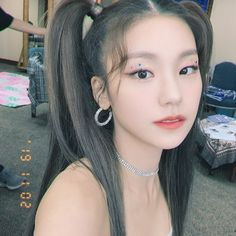 She looks like a princess👸👑 Divas, Black Heart, Korean Girl Groups, Kpop Girls, Jakarta, Cute Girls, Hoop Earrings, Wattpad, Pretty