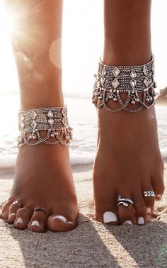 Boho style feet hippie looking anklet and toe rings / I adore white nails, ankle bracelets and toe rings, beaches, boho photos. Boho Gypsy, Bohemian Jewelry, Hippie Boho, Boho Jewellery, Indian Jewelry, Modern Hippie, Bohemian Rings, Bohemian Beach, Western Jewelry