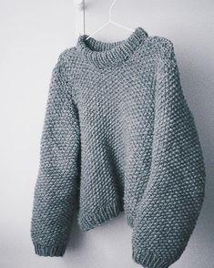 Blogissa nyt paljon kyselty ohje mun kutomiin paksuihin villapaitoihin! Vaihtoehtona tämä helmineule ja valkoinen minimalistinen neule  Toivottavasti ohjeesta on teille iloa! . . . . . . . #neuleohje #fashionstatement #moreontheblog #knittingpattern #knitting_inspire #kinttedsweater #bigknits #chunkyknits #rknits #strikkeprosjekt #strikkegenser #strikkeopskrift #strikke #adlibrisfi #adlibrishobby #adlibrisgarn #adlibrisno #adlibrisfeltingwool #diyproject #diysweater #diyknitting…
