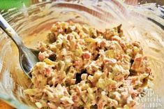 Deze rundvleessalade is heerlijk bij de barbecue! Op feestjes zijn salades uitermate geschikt als snack. Een pakje toastjes erbij en je bent al bijna klaar. Zeker nu ook het barbecueseizoen begint, is er nog een extra reden om deze rundvleessalade snel te proberen, zodat je je bezoek ermee kunt ver Small Grill, Pasta Salad, Barbecue, Potato Salad, Macaroni And Cheese, Side Dishes, Grilling, Good Food, Brunch