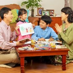 Une famille en train de faire le culte familial