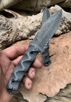 Disaster Jr blade, cerrated, MAS grey and black layered G10 textured grip, carbon fiber pins, open tang, Cool Knives, Knives And Swords, Beil, Knife Patterns, Cool Swords, Kydex Sheath, Black Layers, Forged Knife, Butter Knife