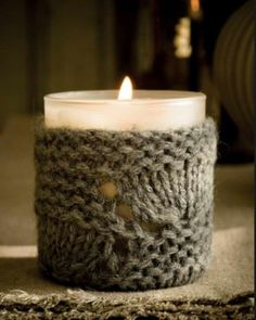 Bougie et son tricot / Wintery Candle Candle Lanterns, Diy Candles, Pillar Candles, Candels, Velas Diy, Tshirt Garn, Sweet Paul, Chandeliers, Arts And Crafts