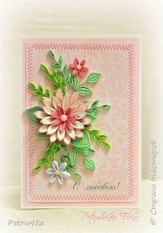 Праздник – это, прежде всего, настроение. А создают его вот эти удивительные, выбранные с любовью авторские вещицы, передающие теплоту и искренность дарителя. Пусть мои открытки, маленькие послания счастья, открывают по-настоящему большие чувства! фото 20 Quilling Dolls, Quilling Work, Quilling Paper Craft, Paper Crafts, Quilling Flowers Tutorial, Paper Quilling Flowers, Paper Quilling Cards, Paper Quilling For Beginners, Quilling Techniques