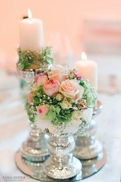 Zauberhafte Vintage Dekoration für die Hochzeit. Mit kleinen zarten Rosen, Schleierkraut, weißen Kerzen und Bauernsilber.