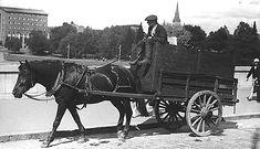 Kuorma-ajuri työssään kaksipyöräisillä rattaillaan Hämeensillalla 1900-luvun alkupuolella. Kuva: Tampereen museoiden kuva-arkisto.