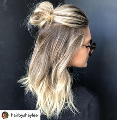 hair styles Braiding isnt for everyone, but dont let that drag you down. Here are 11 super trendy and easy no-braid hairstyles you could start doing today! A half-up topknot aka half-up high bun is perfect for your! Half Up Hairstyles Easy, Cool Hairstyles, Hairstyle Short, Office Hairstyles, Cute Hairstyles For Medium Hair, Hairstyles For High School, Anime Hairstyles, Hairstyles For Working Out, Buns For Long Hair