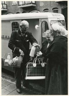 De melkboer in Scheveningen. 1961 Fotoburo Meyer #ZuidHolland #Scheveningen