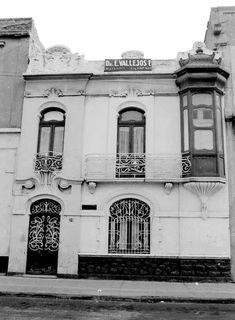 La casa estilo Art Nouveau ubicada en el número 39 de General Prim, muy cerca del cruce con Bucareli, alrededor de 1970. Hoy este inmueble es parte de la Secretaría de Gobernación.