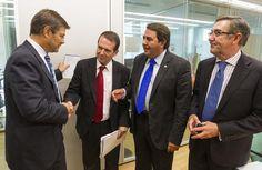 catalá, antes de la reunión, saludando a los alcaldes de vigo, a coruña y santiagoefe/óscar corral