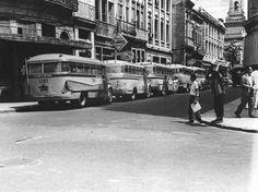 Lotações - 1958 A imagem mostra cinco lotações estacionados em uma rua no Castelo, centro do Rio de Janeiro, em 1958. Estes pequenos veículos, a maioria com mecânica Mercedes-Benz, percorriam diversos itinerários. Os da foto serviam na área da zona sul carioca Cosme Velho, Rio de Janeiro