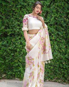 Have a look at the latest blouse designs trends for this year. Blouse Back Neck Designs, Fancy Blouse Designs, Lengha Blouse Designs, Blouse Patterns, Saree Blouse, Khadi Saree, Organza Saree, Saree Dress, Cotton Saree