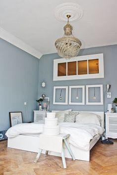 Weiße Möbel und Wandfarbe; die Idee mit den Medaillien in den Bilderrahmen finde ich auch toll