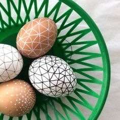 You only need a pen to make these grafic black and white patterned easter eggs. It's so easy! Picture tutorial (in German)