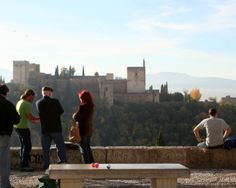 """#Granada - Mirador de San Nicolás - 37º 10' 52"""" -3º 35' 34"""" / 37.181111, -3.592778  Uno de los sitios más bellos de esta ciudad extraordinaria, por causa de su vista de la Alhambra, es el Mirador de San Nicolás.La torre que se ve en el extremo izquierdo es el único vestigio de un palacio conocido como El Partal. Desplazándonos hacia la derecha, la torrecilla con el techo es El Peinador de la Reina, construido por los cristianos como residencia de la esposa de Carlos Quinto."""