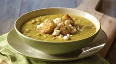 A delicious creamy split pea soup with crumbled white cheese and pancetta, a touch of Italy. Entree Recipes, Lunch Recipes, Cooking Recipes, Croutons Maison, Pureed Soup, Pea Soup, Vegan Soups, Soup And Salad, Soups And Stews