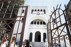 A Sinagoga Kadoorie Mekor Haim está aberta durante todo o verão. Hugo Vaz (à esquerda) e Joana Tomé recebem os visitantes e têm sempre a companhia de um elemento da segurança do templo