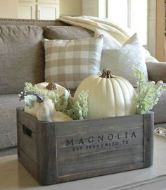 Vintage inspired box and neutrals for autumn decorating. Fall Home Decor, Autumn Home, Diy Home Decor, Thanksgiving Decorations, Seasonal Decor, Holiday Decor, Harvest Decorations, Diy Thanksgiving, Passion Deco