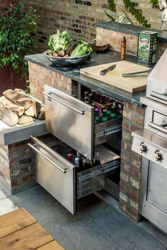 This outdoor kitchen set-up keeps beer and other refreshments at the ready with refrigerated drawers. The post This outdoor kitchen set-up keeps beer and other refreshments at the ready with appeared first on aubenkuche. Outdoor Kitchen Countertops, Backyard Kitchen, Outdoor Kitchen Design, Backyard Patio, Corian Countertops, Outdoor Kitchen Plans, Backyard Barbeque, Simple Outdoor Kitchen, Small Outdoor Kitchens